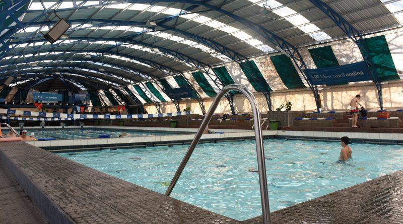 La Ciudad ofrece 50% de descuento para estudiantes universitarios en los natatorios municipales